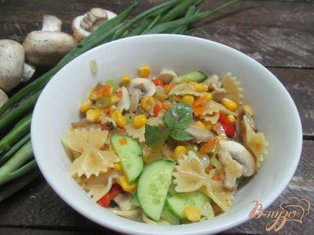 фото рецепта: Теплый салат с макаронами и грибами