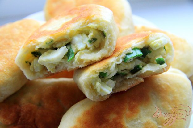 фото рецепта: Пирожки с зеленым луком и яйцами