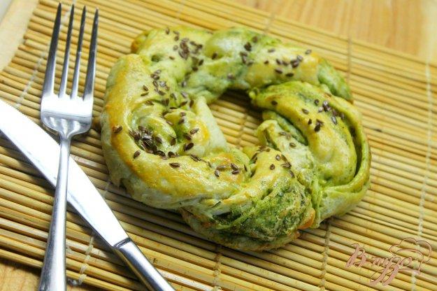 фото рецепта: Косичка с зеленью, сыром и чесноком