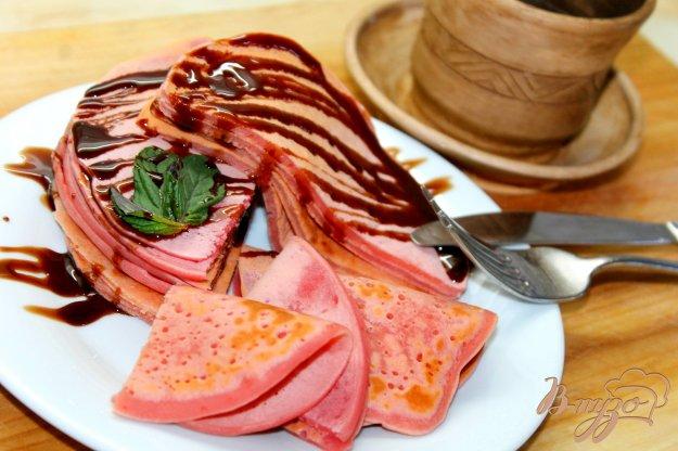 фото рецепта: Панкейки со свекольным соком и шоколадным соусом