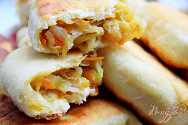 фото рецепта: Жареные пирожки с тушеной капустой