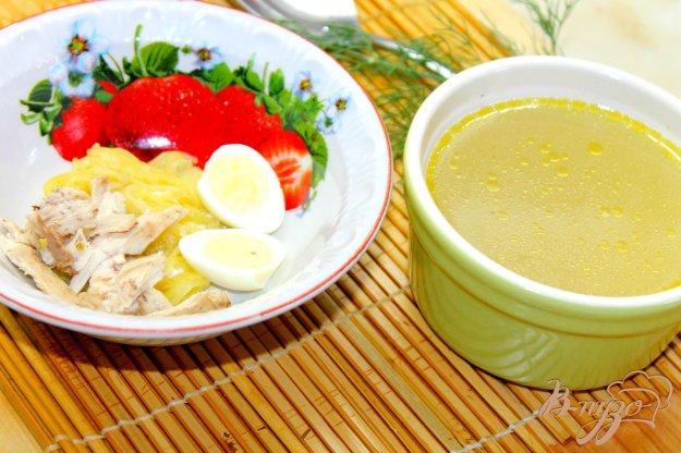 фото рецепта: Куриный бульон с розмарином и перепелиным яйцом