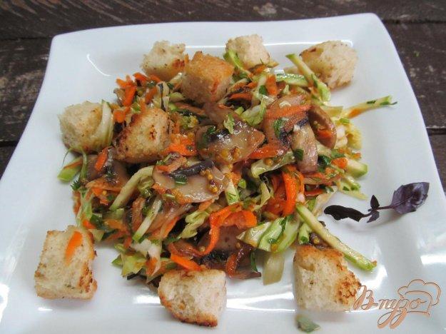 фото рецепта: Салат из молодой капусты с жареными грибами и сухариками
