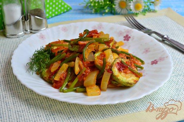 фото рецепта: Кабачки с овощами и чесночными стрелками на сковороде