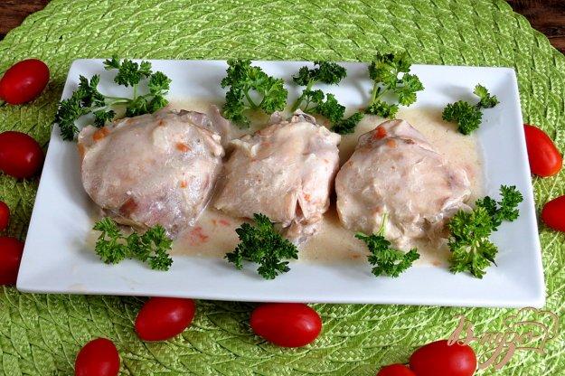 фото рецепта: Куриные бёдра  с луком и помидорами