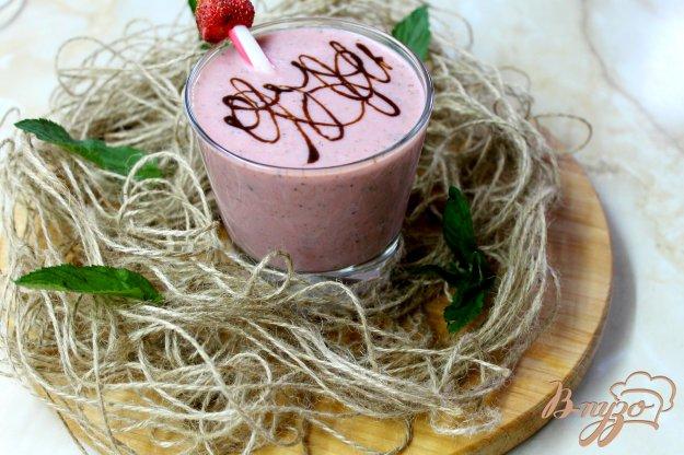 фото рецепта: Клубничный молочный коктейль с мятой