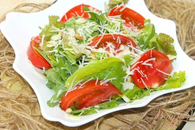 фото рецепта: Помидорный салат с листьями и орехами