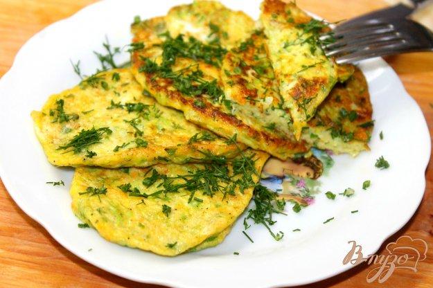 фото рецепта: Кабачковые оладьи с сыром и зеленью
