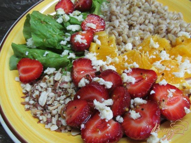 фото рецепта: Салат из клубники с перловкой