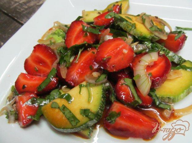фото рецепта: Салат из клубники с кабачком
