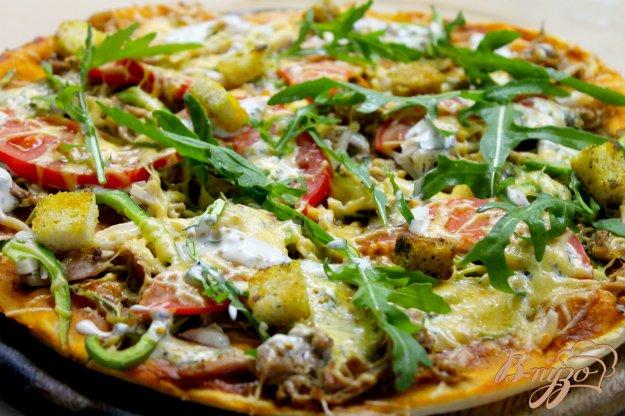фото рецепта: Пицца с курицей, кабачками и томатным соусом