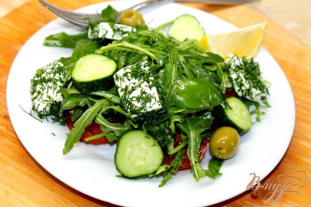 фото рецепта: Овощной салат с маринованными помидорами и фетой в укропе