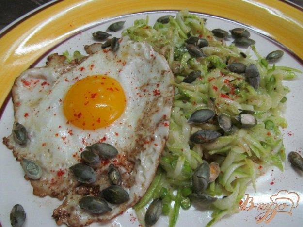 фото рецепта: Кабачковый салат с яйцом и тыквенными семечками