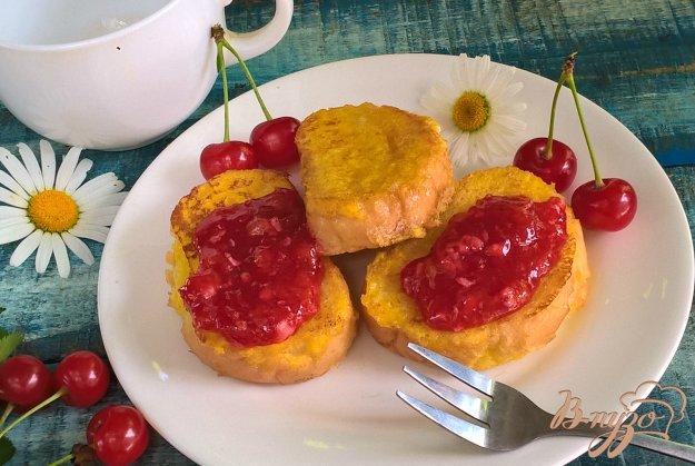 фото рецепта: Сладкие гренки с вишневым соусом