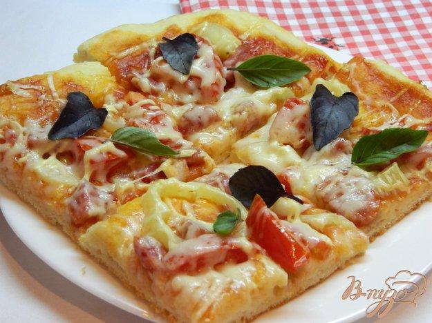 фото рецепта: Пицца с болгарским перцем, колбасой и базиликом