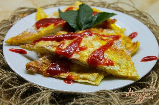 фото рецепта: Сладкий лаваш с творогом и клубничным соусом