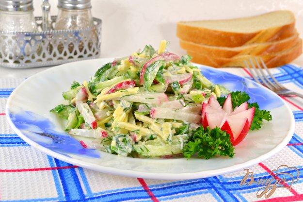 фото рецепта: Салат из свежих огурцов с редисом и сыром