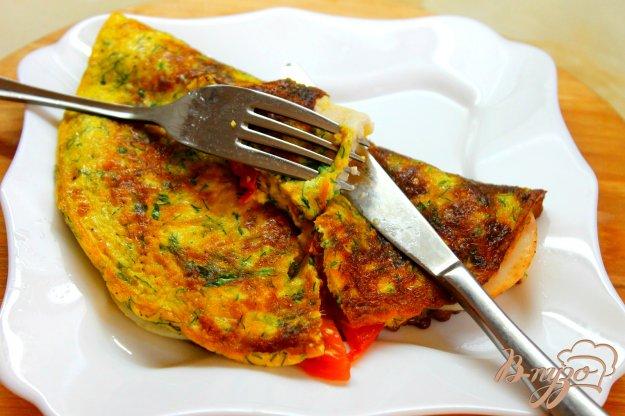 фото рецепта: Омлет на молоке с ветчиной, сыром и помидорами