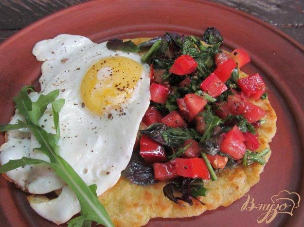фото рецепта: Салат из рукколы с яйцом