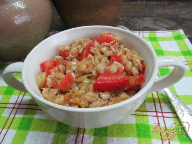 фото рецепта: Гарнир из перловой крупы со свежим помидором