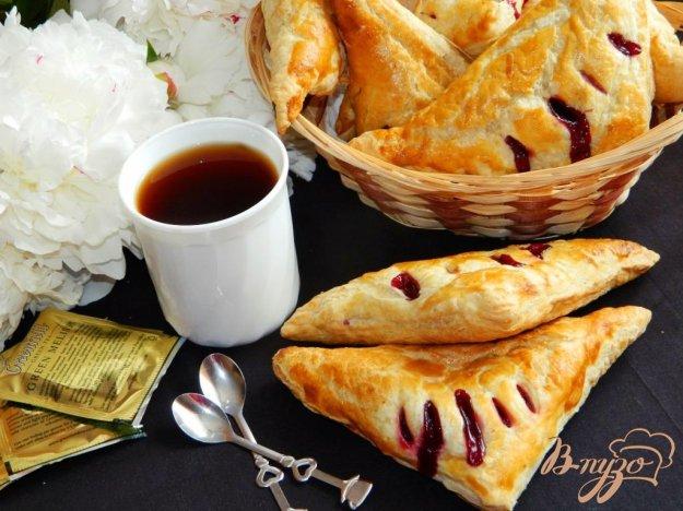 фото рецепта: Слоеные уголки с вишневой начинкой