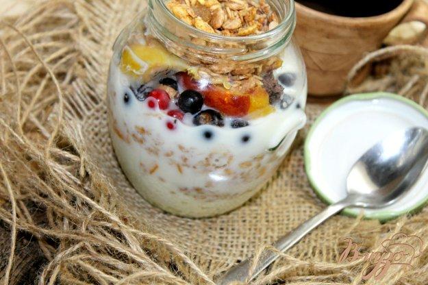 фото рецепта: Завтрак в банке с творогом, гранолой и ягодами