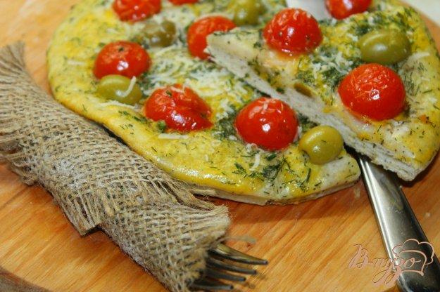 фото рецепта: Фокачча с зеленым соусом, помидорами черри и оливками