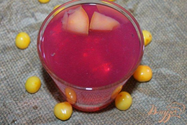 фото рецепта: Летний компот из смородины, черешни и яблока