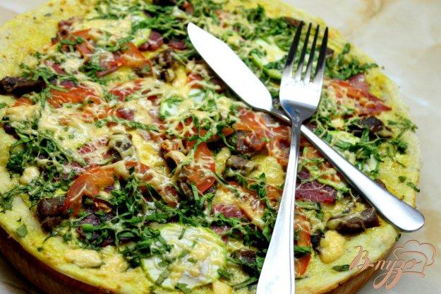 фото рецепта: Домашняя пицца с беконом, помидорами и шпинатом