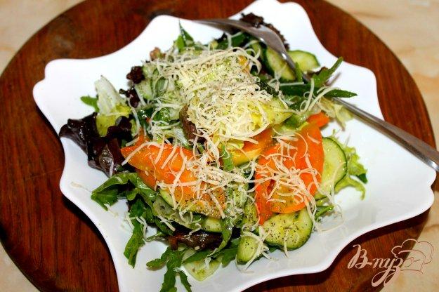 фото рецепта: Салатный микс с овощами и пармезаном