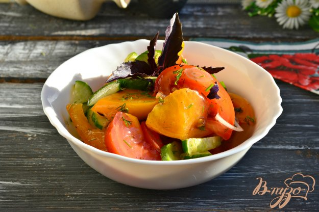 фото рецепта: Салат из огурцов и помидоров с базиликом и соевым соусом