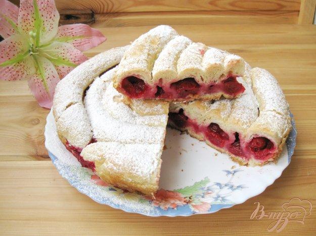 фото рецепта: Кольцевой пирог с вишней из слоеного теста