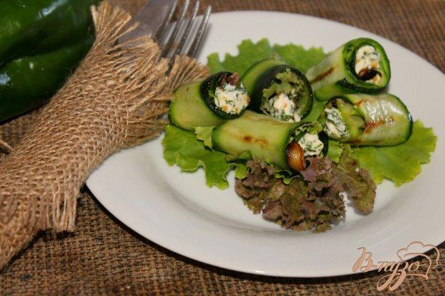 фото рецепта: Мини - рулеты из цуккини с грибами и плавленым сыром