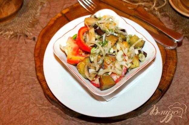 фото рецепта: Салат с жареными грибами, баклажанами и маринованным луком