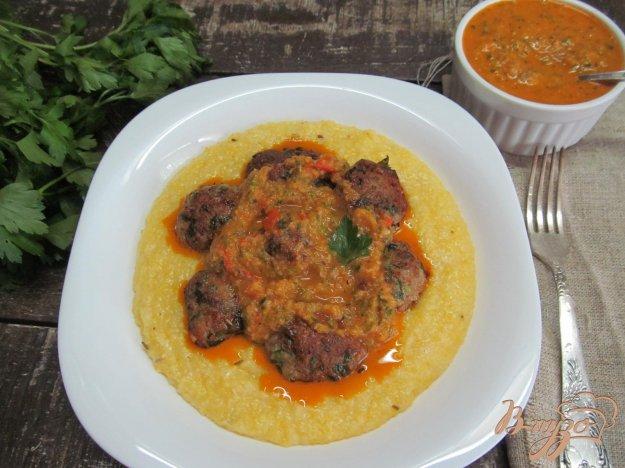 фото рецепта: Мясные шарики с полентой и соусом из запеченных овощей