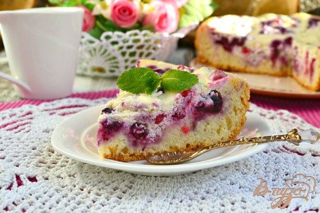 фото рецепта: Пирог с творогом и смородиной в мультиварке
