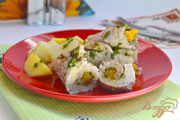 фото рецепта: Свиные рулетики, фаршированные морковью с картофелем на пару