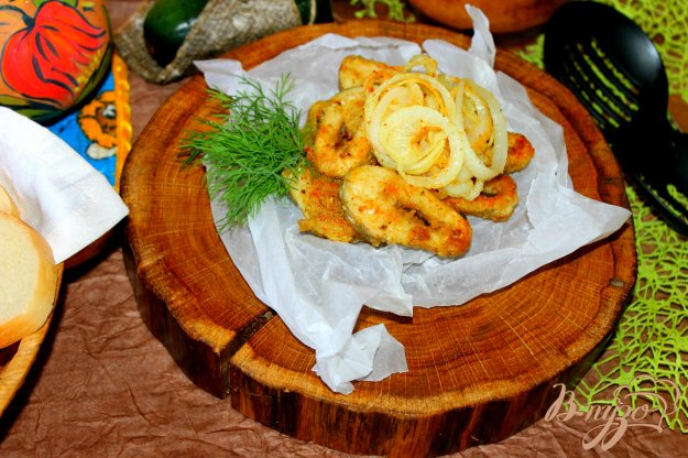 фото рецепта: Жареные кусочки щуки в пряной панировке с луком