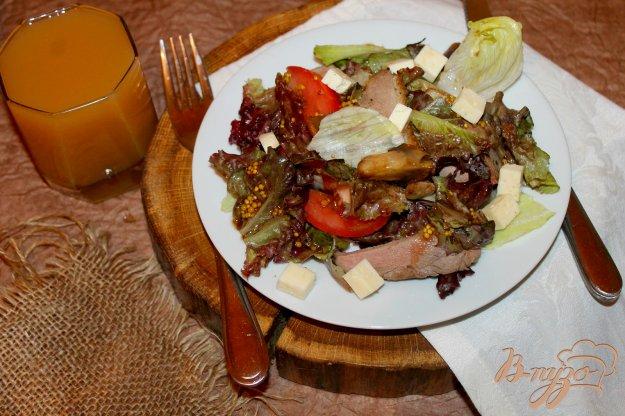 фото рецепта: Салат с уткой и жареными грибами