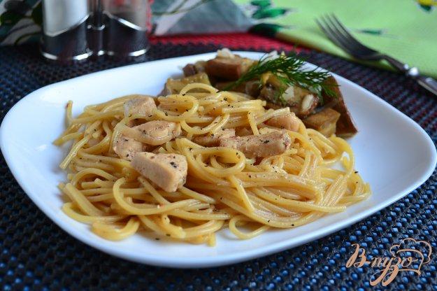 фото рецепта: Спагетти с куриным филе и соевым соусом на сковороде