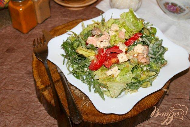 фото рецепта: Салат с отварной семгой, плавленым сыром и помидорами