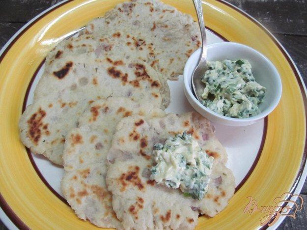 фото рецепта: Лепешки с луком с сырным соусом