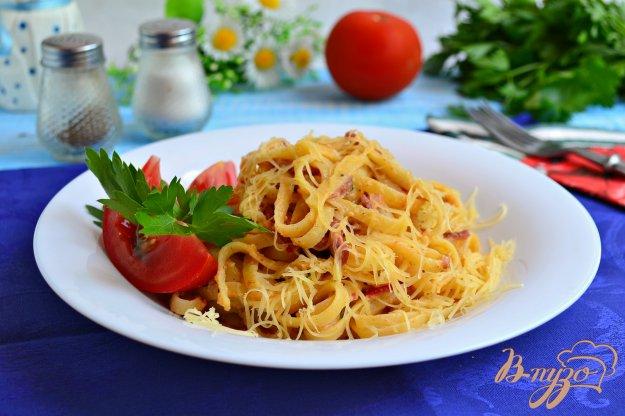 фото рецепта: Лапша с колбасой и помидорами в яично-сырной заливке