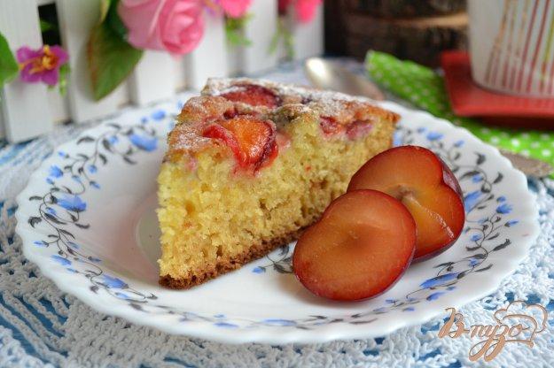 фото рецепта: Простой пирог со сливами на кефире