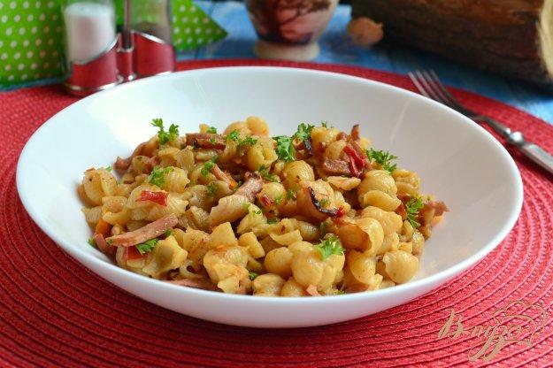 фото рецепта: Ракушки с сосисками и баклажанами в мультиварке