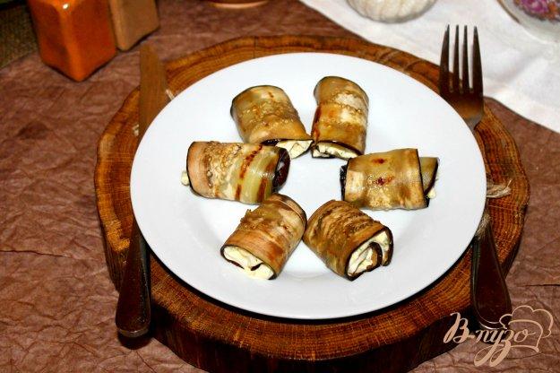 фото рецепта: Баклажанные рулеты с кешью и сыром бри