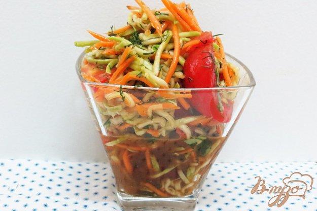 фото рецепта: Салат из сырых кабачков и помидоров