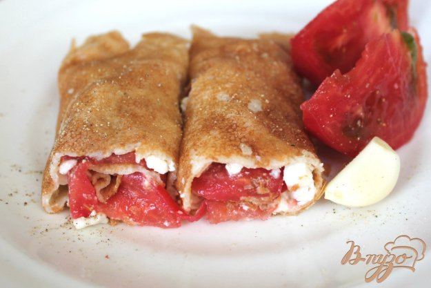 фото рецепта: Блины с брынзой и помидорами