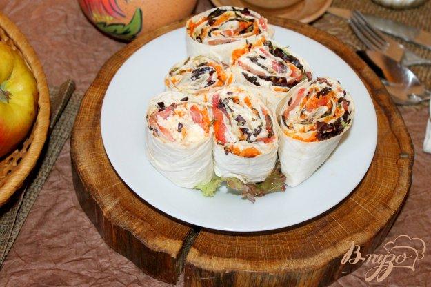 фото рецепта: Рулет из лаваша с корейской морковью, сыром и помидорами