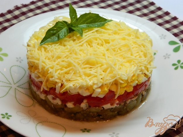 фото рецепта: Слоеный салат с печеными баклажанами